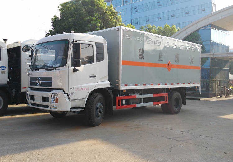 东风天锦6米5易燃液体厢式运输车